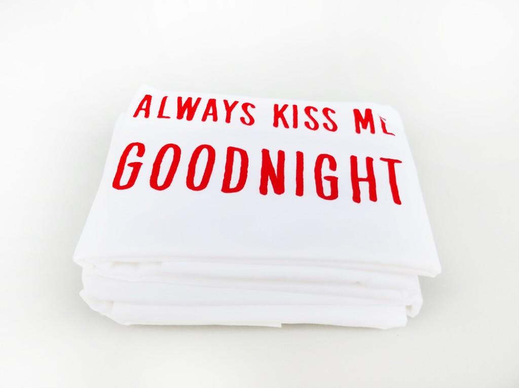 """זוג ציפיות """"KISS ME GOODNIGHT"""" אדום"""
