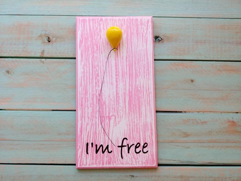 שלט עץ עם בלון