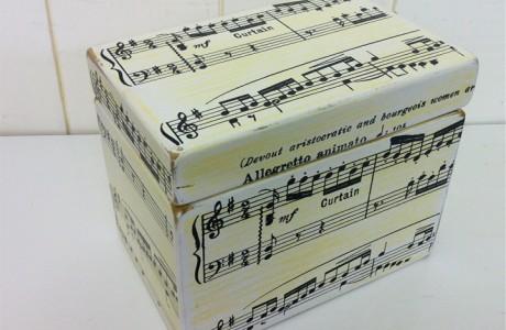 קופסת עץ עם הדפס תווים